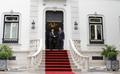 Passos Coelho cumprimenta o Presidente Peña Nieto à porta do Palacete de São Bento 2014-06-06.png