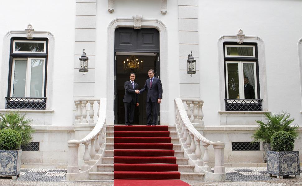 Passos Coelho cumprimenta o Presidente Peña Nieto à porta do Palacete de São Bento 2014-06-06