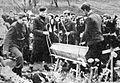Pogreb konec oktobra padlega partizana vojkove brigade v Javorjih nad Poljanami.jpg