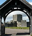 Portchester Castle Keep from the churchyard. - panoramio.jpg