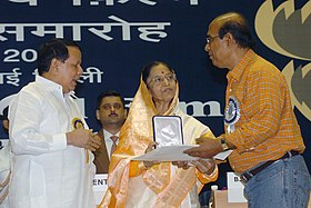 Pratibha Devisingh Patil presenting the Award to Shri Buddhadeb Dastupta, Director for the Best Feature Film for the year 2005 to the Bangali Film KAALPURUSH, at the 53rd National Film Awards function, in New Delhi.jpg