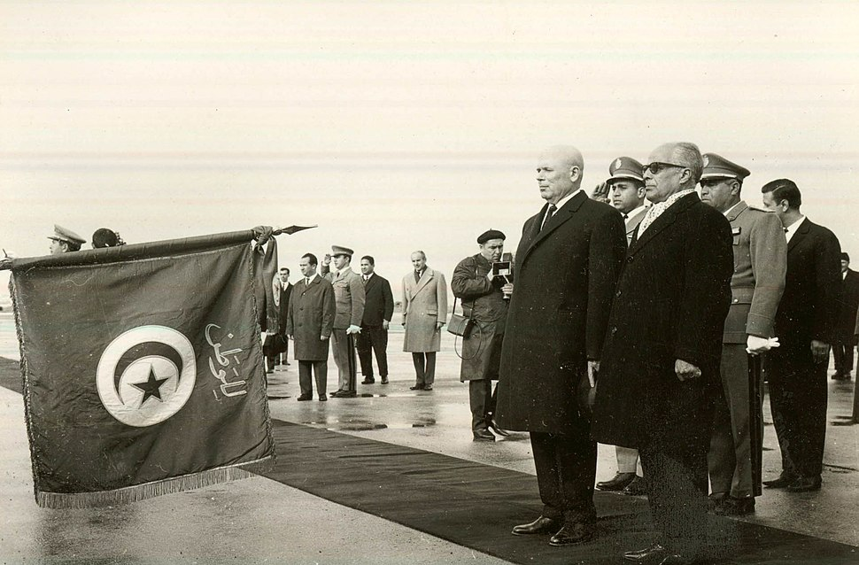 President Habib and his Romanian guests paying tribute to Tunisian national flag