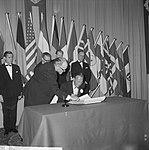 Prins Bernhard reikt de 50e Charter uit aan de Lions Club Amsterdam in Hiltonhot, Bestanddeelnr 916-1115.jpg