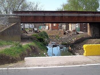 Puente Negro y villa miseria en Claypole