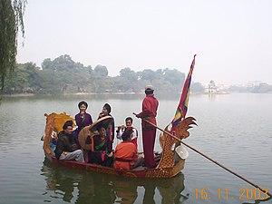 Quan họ - Singing quan họ at Hoàn Kiếm Lake