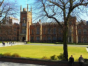 English: Queens University, Belfast Queen's is...