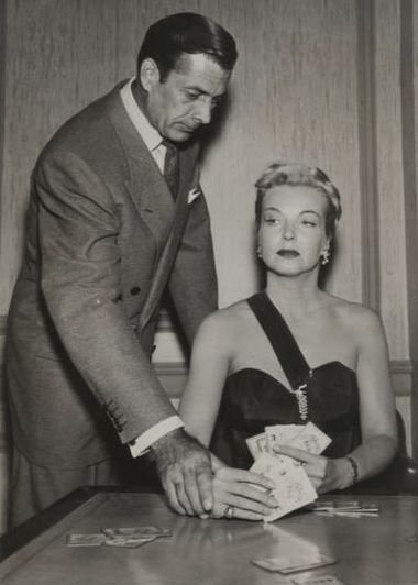 Avec Hillary Brooke, dans Racket Squad, épisode The Case of Lady Luck (1953, photo promotionnelle)
