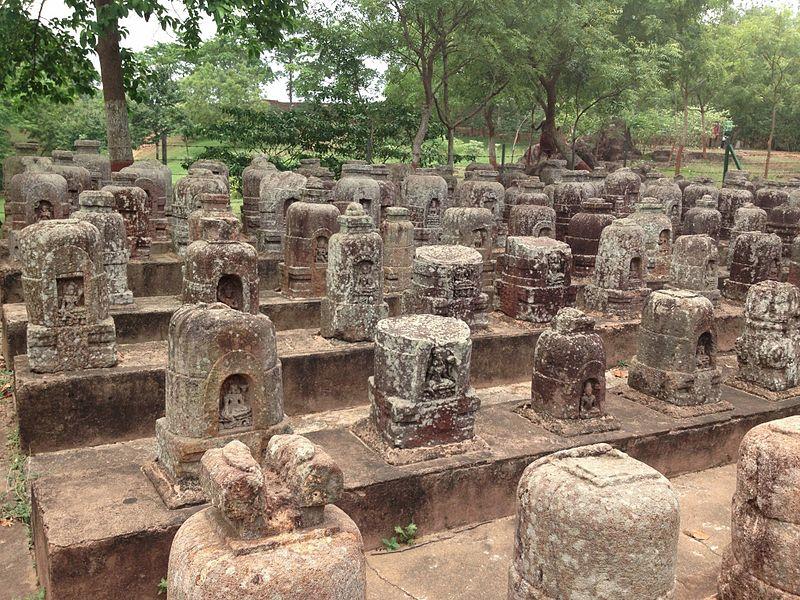 File:Relics at Ratnagiri 01.jpg