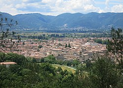 The city centre of Rieti as seen from San Mauro hill, east of the city. In the background, the Rieti valley enclosed by the Sabine mountains; in the foreground, the Velino river.