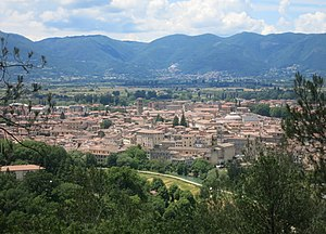 Rieti - The city centre of Rieti as seen from San Mauro hill, east of the city. In the background, the Rieti valley enclosed by the Sabine mountains; in the foreground, the Velino river.