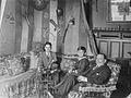 Salongsinteriör. Två pojkar och en man sittande i soffgrupp - Nordiska Museet - NMA.0035595.jpg