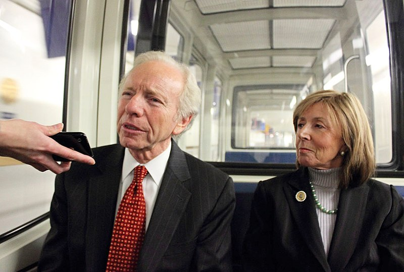 Senator Joe Lieberman and his wife Hadassah on their way to the Capitol in 2011.jpg