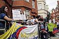 Simpatizantes de Julian Assange se reúnen en los exteriores de la embajada ecuatoriana en Londres. (9058158273).jpg