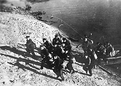 Soviet Marines charge the Volga river bank. Soviet marines-in the battle of stalingrad volga banks.jpg