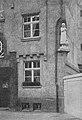 """Statue """"Die Gänsemagd"""" von Heinz Müller, an einem Haus der städtischen Kleinwohnungsanlage an der Essener Straße in Düsseldorf aufgestellt wurde. (1914).jpg"""