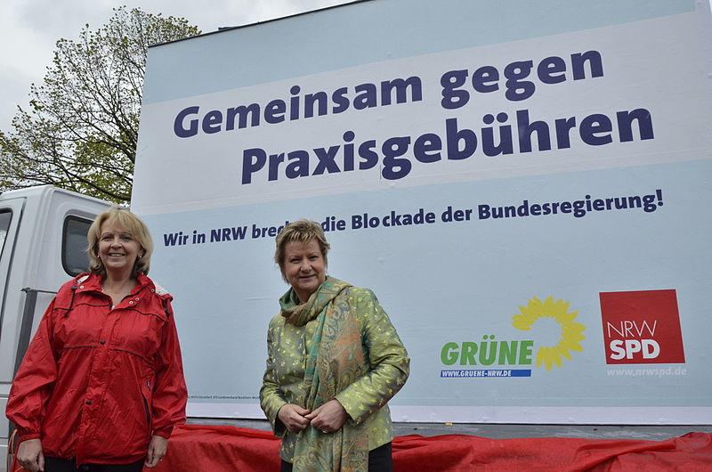 File:Sylvia Löhrmann & Hannelore Kraft Gemeinsam gegen Praxisgebühren (2).jpg