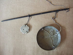 Tibetan skar - Tibetan or Chinese scale (steelyard balance) for weighing silver, red coral or other precious substances such as musk or turquoises. The beam is made of hardwood, the weight and the pan from bronze (early 20th century).