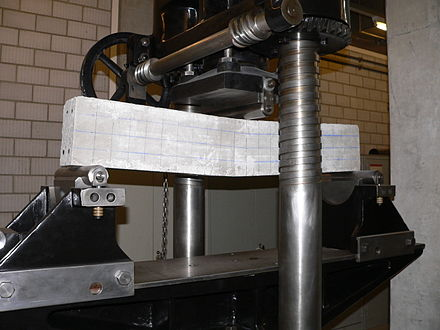 1940s flexural test machinery working on a sample of concrete Trois-points-p1040189.jpg
