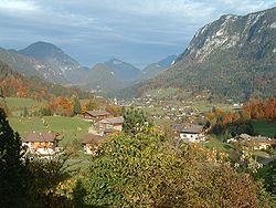 Paesaggio tipico Scorcio boscoso fra montagne e baite alpine