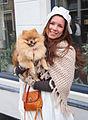 Verklede dame met haar hond Brielle.jpg