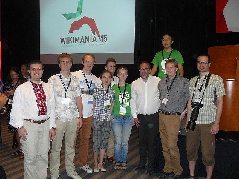 Вікіпедисти з України та Росії із засновником Вікіпедії Джиммі Вейлзом. Автор — Geraki [ліцензія CC-BY-SA-4.0]