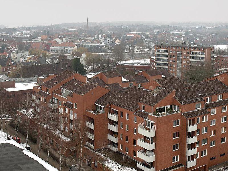 File:Wedel Wasserturmblick.jpg