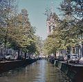 Zicht op de Oude Delft ter hoogte van de Oude kerk, gezien vanaf brug - Delft - 20384404 - RCE.jpg