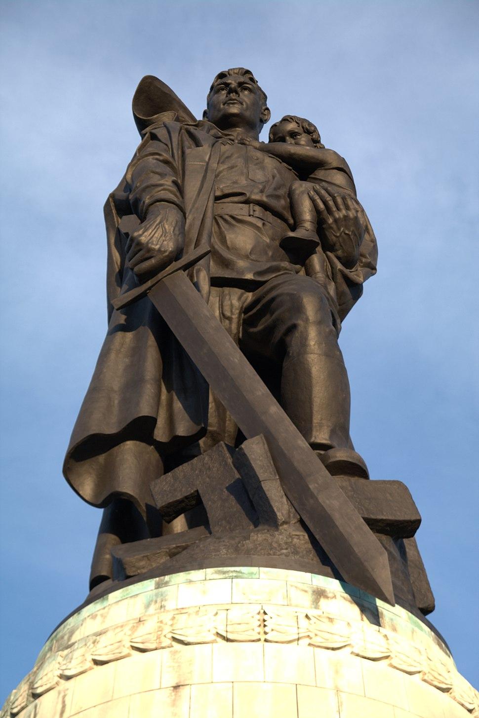 «Во́ин-освободи́тель» — монумент в берлинском Трептов-парке 4 - Kopie