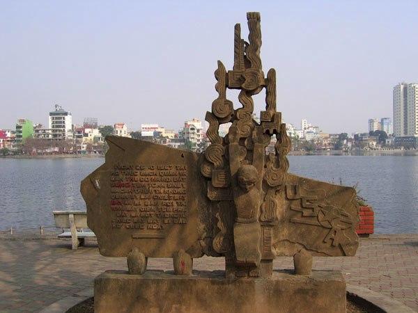 Памятник пленению Дж. Маккейна, расположенный на берегу Западного озера в Ханое