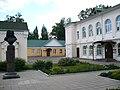 У входа в Путевой дворец.jpg
