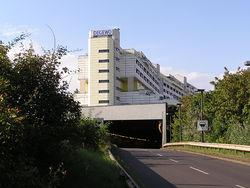 südliche Autobahneinfahrt in den Tunnel durch das Wohnhaus