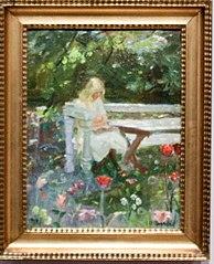 En pige i haven ved sommertid