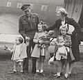 Aankomst prinses Juliana en de prinsessen op vliegveld Teuge vanuit Canada (Bestanddeelnr 021-0390, cropped).jpg
