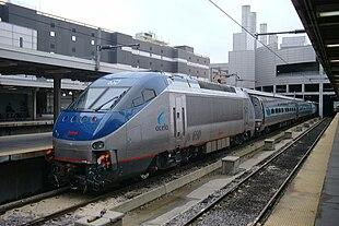 Una Bombardier HHP-8 al traino di un convoglio Metroliner, pronto a partire da Boston. Nelle forme questo locomotore ricorda volutamente il muso degli Acela Express.