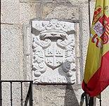Almorox, ayuntamiento, detalle escudo en la fachada.jpg