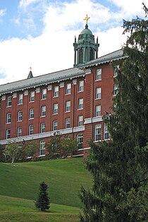 Alumni Hall, College of the Holy Cross (2006).jpg