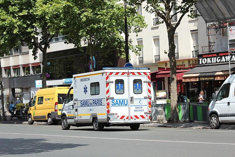 File:Ambulance sur le boulevard du Montparnasse à Paris le 30 juillet 2015 - 2.jpg
