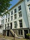 foto van Dubbel huis met verbouwde, gepleisterde gevel onder rechte lijst