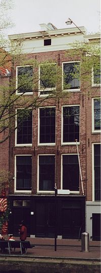 The main façade of the Opekta building on the Prinsengracht in 2002. Otto Frank's offices were in the front of the building, with the Achterhuis in the rear.