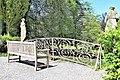 Annevoie - Province de Namur - Jardins d' eau d' Annevoie - Ziergitter und Bank im Park - P1010320.jpg