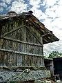 Antiguo hórreo en Portas (5949618562).jpg