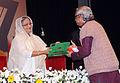 Anupam Sen receiving Ekushe padak 03.jpg