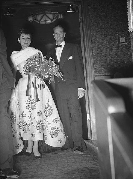 File:Audrey Hepburn met echtgenoot Mel Ferrer tijdens feestavond film Tuschinsky, Bestanddeelnr 906-8184.jpg