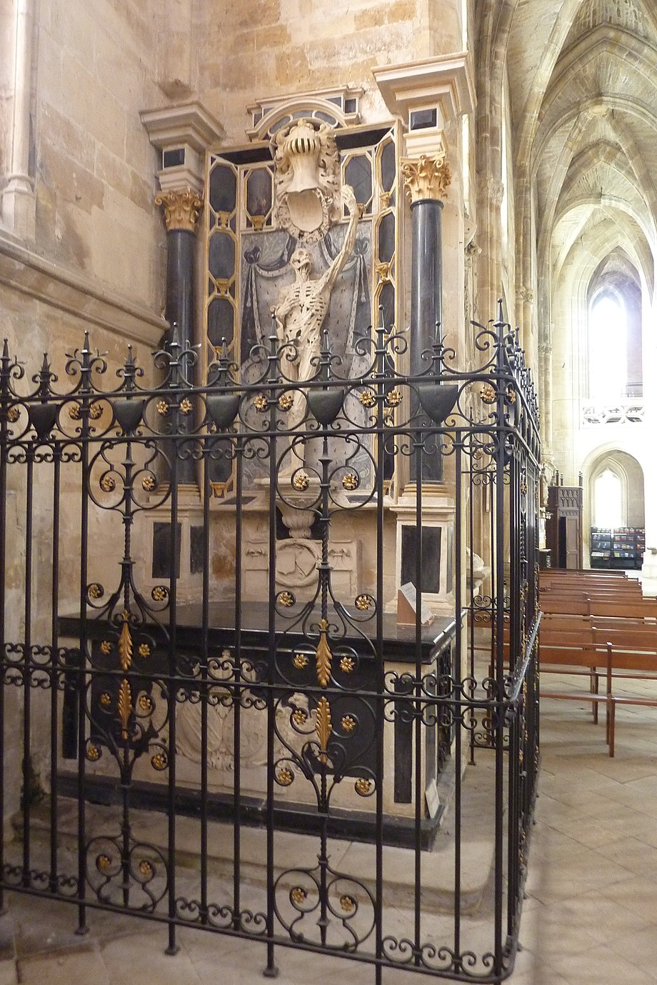 Full view with black marble columns and altarpiece Bar-le-Duc - Eglise Saint-Etienne - Transi de Rene de Chalon.JPG
