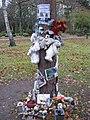 Baum des Gedenkens an Thomas Dörflein und Knut im November 2010 - panoramio.jpg