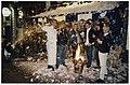 Bij de Polobar aan de Lange Veerstraat zorgt eigenaar Ray Waasdorp zelf voor een witte kerst met een sneeuwmachine en een vuurkorf. NL-HlmNHA 54036401.JPG