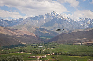 Black Hawk fleein ower a valley in Bamyan