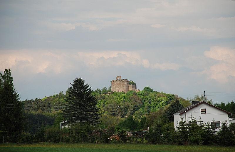 Datei:Blick von Grünau auf die Ruine Landsee.jpg