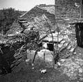 """Boršt v Istri, """"kotec"""" (svinjak) pod stopniščem pri Trparju 1950.jpg"""
