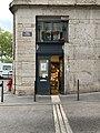 Bouquiniste en bas de la rue Violi (Lyon), avril 2019 (2).jpg